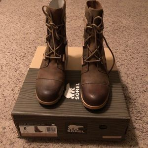 Joan of Arctic Wedge Mid. NWT. Size 8.